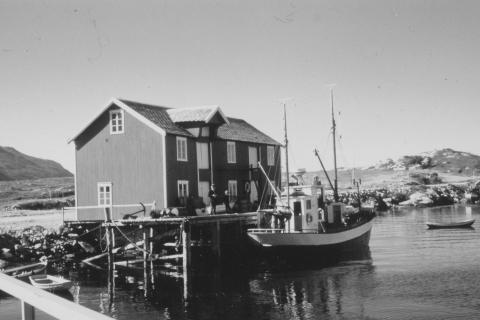 «Elsa», nr. 111 VS, var bygd i 1938.  Var på 44 fot og hadde fra 1966 en Hensch 133 hk motor. Eid av Georg Mikalsen. Utenom fiske ble båten brukt til skoleskyss for framhaldsskoleelever, og senere ungdomsskoleelever. Foto: Nils Waag
