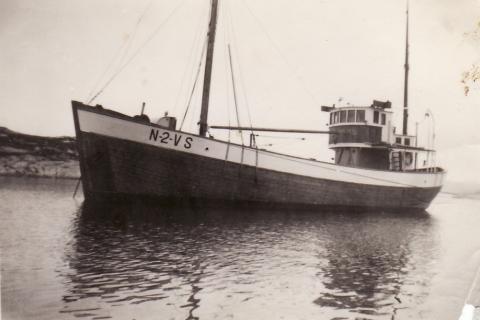 «Gråholmen», nr. 2 VS, var eid av Hans Nergård og Trygve Nilsen. Båten var på 68 fot og hadde en 100 hk Heim motor og 66 bruttotonn.  Den var bygd i Hardanger i 1950 for bankfiske, men ble senere brukt som frakteskute.   Ble i 1959 overtatt av Johan K. Nilsen, Sandhornøy i Gildeskål. Ble benyttet til bl.a. størjefiske og reketråling, og til sist sandfrakting.  Sønnen Nils var i 1960 skipper om bord, 19 år gammel. 12.des 1972 grunnstøtte båten ved Gavlodden i Skjerstadfjorden og gikk ned med gruslast.