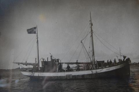 «Havdur», nr. 71 VS, var bygd i 1930 og hadde en Brunvoll 20 hk motor og var på 36 fot. Eier var Arne Havn. Ble senere overtatt av Nils Bendiksen, Hesstun og Johan Danielsen, Hamn. Drev bl.a. med sildefiske, men fraktet også fisk fra Lofoten til Bergen.