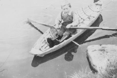 Oddmunn Nilsen i heimlaga liten robåt, i Andortjønna på Våg.