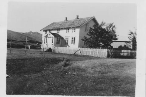 Hellviken på Vågsodden. Her var Vevelstads første gamleheim. I dag er huset revet og Johan Nergård har bygd nytt våningshus her.