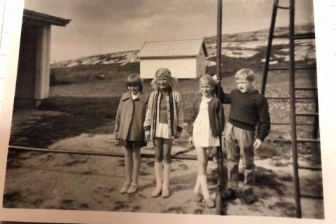 1. klasse 1968/69. Inger J. Clausen, Trude Bakkejord, Unn Ellen Hofstad og Frank Johansen