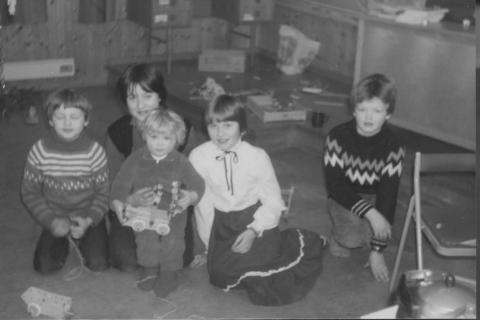 Skoleåret 1982-83  | Fra venstre: Remi Lind, Hege Pettersen m/Birgith Aune, Monica Våg og Christer Lind. Lærer var Terje Arentz