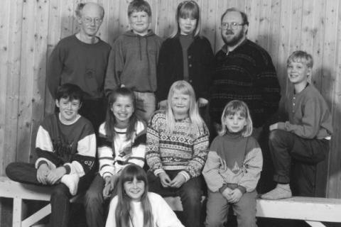 Skoleåret 1995-96  |  Bak fra venstre: Lærer Terje Arentz, Aslak Nergård, Ida Våg, lærer Eirik Arnes og Espen Våg.  I midten fra venstre: Ian Sørensen, Bente Cecilie Andorsen, Kristin Klausen og Bjørg Helene Andorsen.   Foran: Miriam Herringbotn