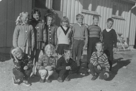 Småskolen 1965-66  | Foran fra venstre: Anny Helgesen, Wenche Johansen, Arnstein Johansen og Terje Waag. Bak fra venstre: Alfhild Larsen, Ninni Skulstad, Birgith Waag, Mary-Ann Lyng, Kjell Klausen, Ernst Våg, og Dagfinn Sørensen