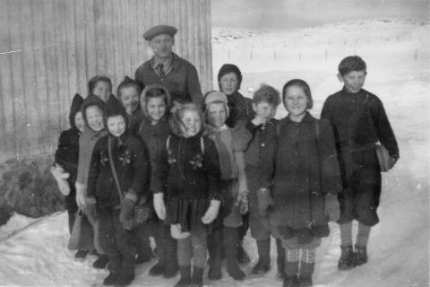 Småskolen 1946-47  | (1.-3.klasse) .  Fra venstre: Ester Klausen(begynte ikke før året etter), Hedvig Klausen, Gerd Mikalsen(bak), Irene Murbræch(foran), Gunvor Nilsen, Gerd Olsen,  Sigrun Ellingsen, Knut Mikalsen, Kåre Kristensen (bak) , Halvor Hansen, Turid Moe og Trond Helgesen.  Bak: lærer Ola Lunde.