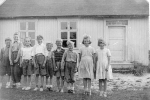 Småskolen 1951-52 | Lærer var Sverre Brastad. Fra venstre: Knut Hagen, Bjarne Pettersen, Oddmunn Nilsen, Bjarne Murbræch, Jon Klausen, Atle Henriksen, Nils Andersen, Jorun Helgesen og Birgith Hansen