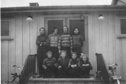 Våren 1959 | Nyskolen ble tatt i bruk januar 1959.   Lærer for skoleåret 1958-59 var Andreas Moe.  Bak fra venstre: Aud Klausen, Greta Hammer, Liv Havn og Olaug Nilsen.  Foran fra venstre: Margot Pettersen, Rosa Johansen, Liv Larsen og Evy Lyng.