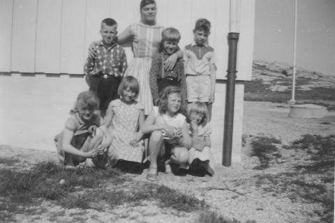 Skoleåret 1960-61  | Foran: Rigmor Klausen, Britt Helgesen, Nancy Larsen og Bjørg Johansen. Bak: Oddgeir Mikalsen, lærer Helen Ottesen, Gunnar Henriksen og Svein O. Pedersen
