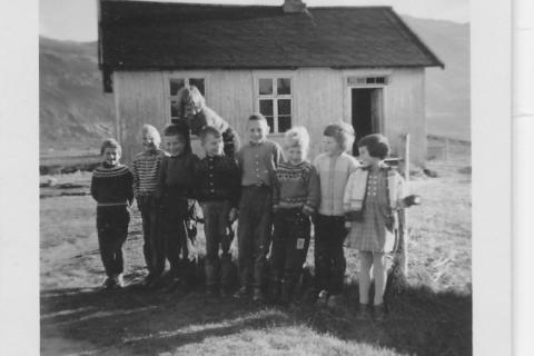 Småskolen høsten 1958 |Fra venstre: Britt Helgesen, Torbjørg Jekthammer, Oddgeir Mikalsen, Astri Larsen, Per Lyng, Gunnar Pedersen, Gunnar Henriksen, Nancy Larsen og Anne-Lise Nergård. (Anne-Lise var bare på besøk, sammen med Aud -Olene Hersvik som tok bildet. Gunnar Pedersen var også på besøk).