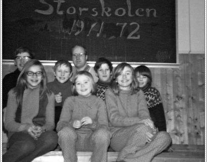 Storskolen 1971-72  | Foran: Aina Olsen, Inger Klaussen og Else M. Klaussen. Bak: Frank Johansen, Åge Helgesen, lærer Jan Stiberg, Bjørnar Sørensen og Kåre Klausen.