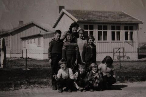 Skoleåret 1959-60 | Foran: Gunnar Henriksen, Per Lyng, Bjørg Johansen og Nancy Larsen. Bak: Svein O. Pedersen, Oddgeir Mikalsen, lærer Turid Hallem, Torbjørg Jekthammer og Britt Helgesen.